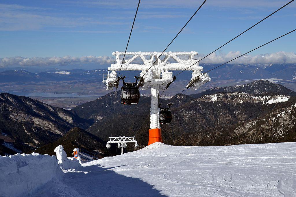 Jasná_Ski_Resort_-_gondola_lift_to_Chopok_(2)